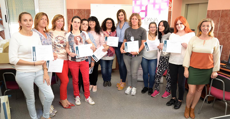 Carretón entrega los diplomas del curso de empoderamiento de mujeres para el empleo