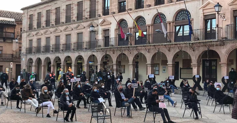 Concentración en Plaza Mayor de Villanueva de los Infantes para la reivindicación de las medidas impuestas por sanidad al sector de la hostelería y autónomos en nivel 3.