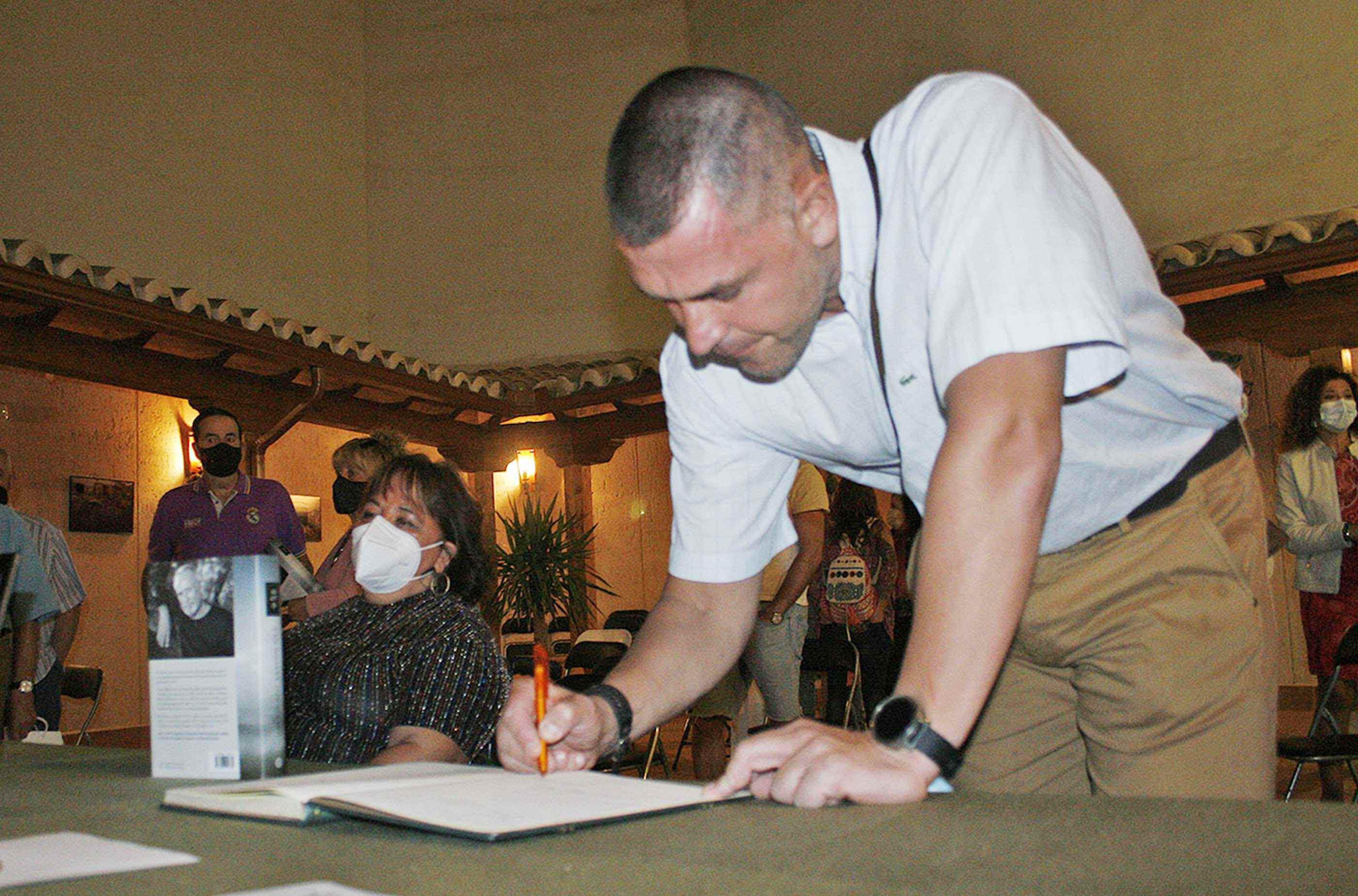 El escritor rabanero David García Rodríguez firma ejemplares de 'Los Colores del Tassili y otros relatos' en la Feria del Libro de Puertollano