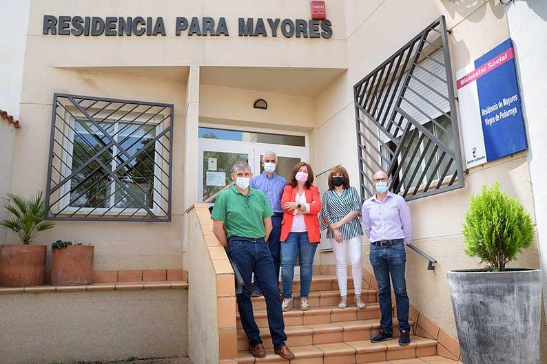 La delegada provincial de Bienestar Social y el alcalde de Argamasilla de Alba visitan la Residencia de Mayores 'Virgen de Peñarroya'