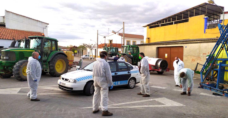 Agricultores de Viso del Marqués colaboran en la desinfección de calles y espacios municipales de la localidad y sus aldeas