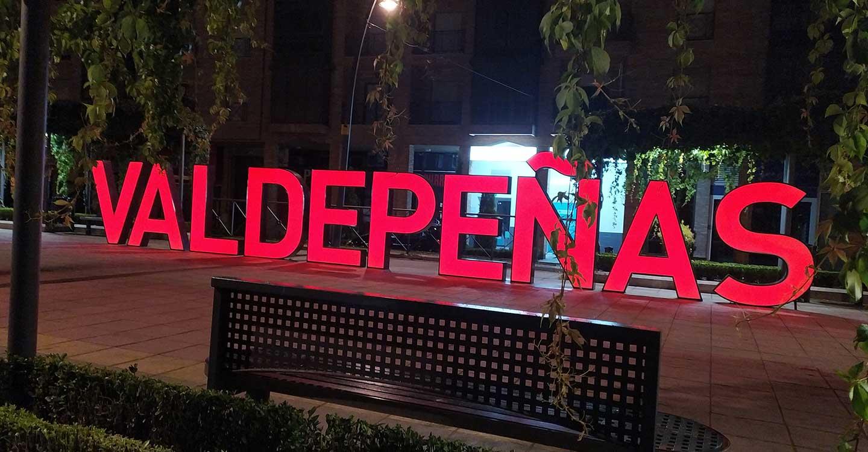 Valdepeñas se ilumina de rojo en el Día Mundial de Concienciación de la Distrofia Muscular