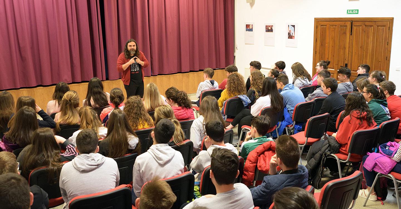 El escritor Pep Bruno participa en un encuentro con estudiantes de IES Vicente Cano