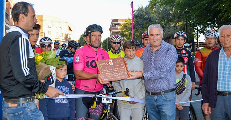El inmortal pedaleo de Lolo Sanroma tiró de los 120 participantes en la VII Cicloturista 'Andrés Bermejo'
