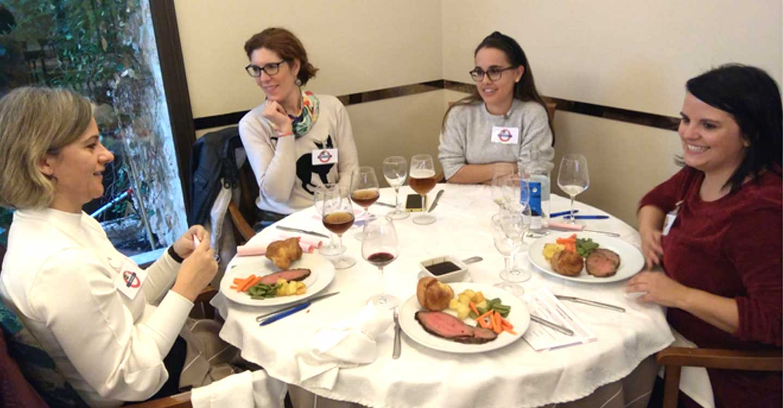 La actividad English Dinners, promovida por la UNED de Ciudad Real, reúne a un grupo de profesores tutores y estudiantes que han tratado diversos temas en inglés