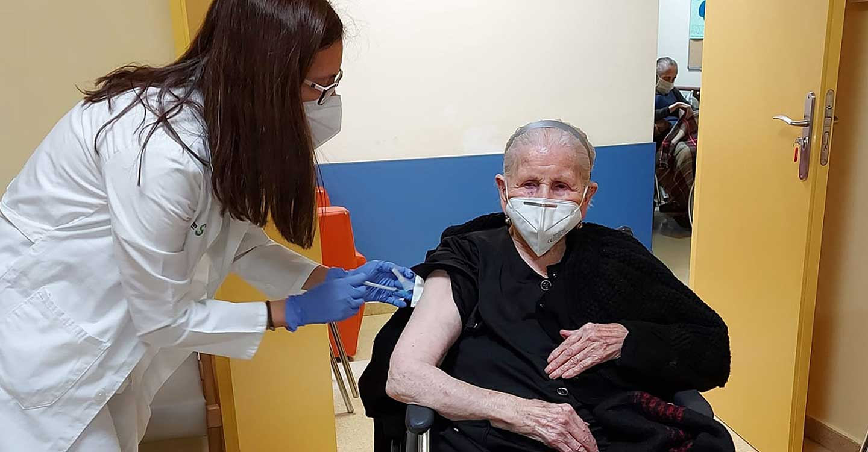Francisca Serrano, de 104 años, ha sido la primera mujer vacunada contra la COVID19 en Argamasilla de Alba