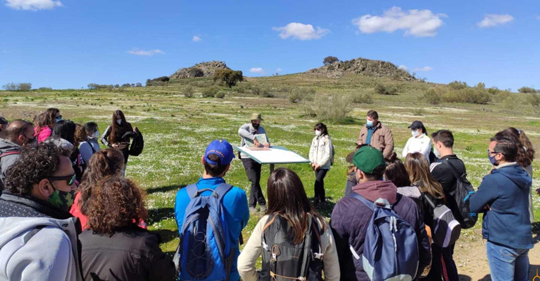 Los participantes en las rutas senderistas del proyecto 'Geoparque Volcanes de Calatrava: Ciudad Real' las valoran con sobresaliente