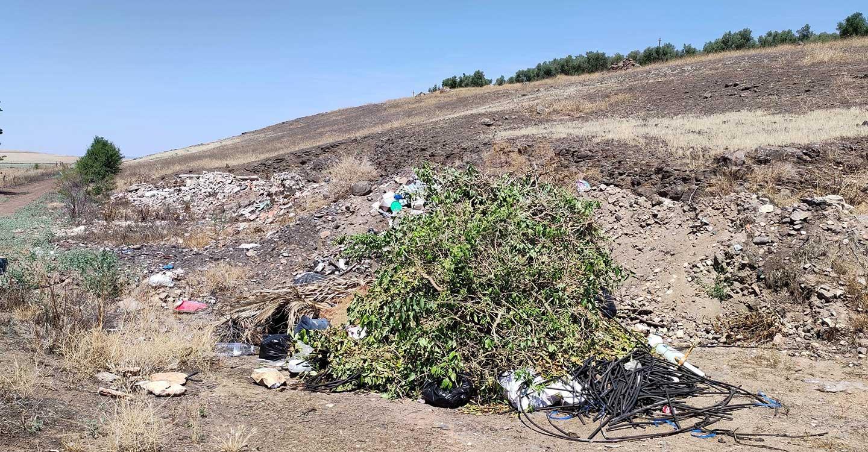 Geovol denuncian el vertido de escombros y basuras sobre canteras de volcanes en Ciudad Real