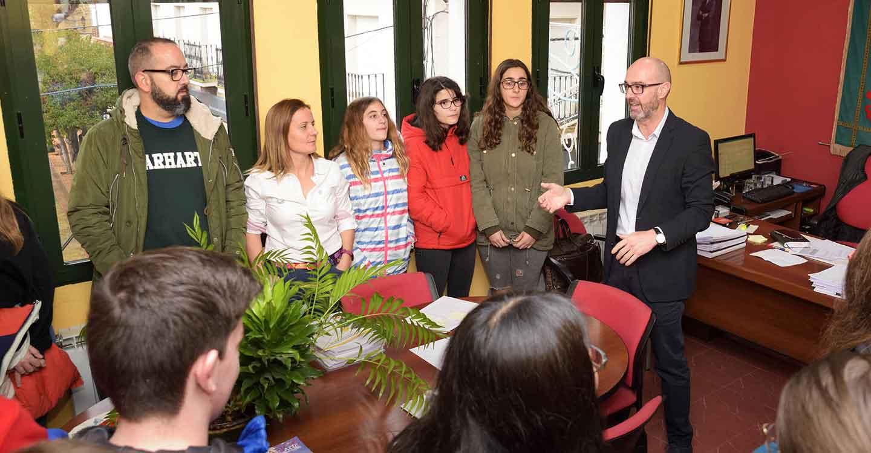 El IES Vicente Cano abre la ronda de visitas al Ayuntamiento con motivo del Día de la Constitución