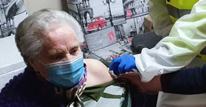 """Inmaculada Sobrino Pardo, de 91 años, primera vacunada de la Residencia Municipal de Mayores """"Ramón Zamora Morales"""" de Aldea del Rey"""