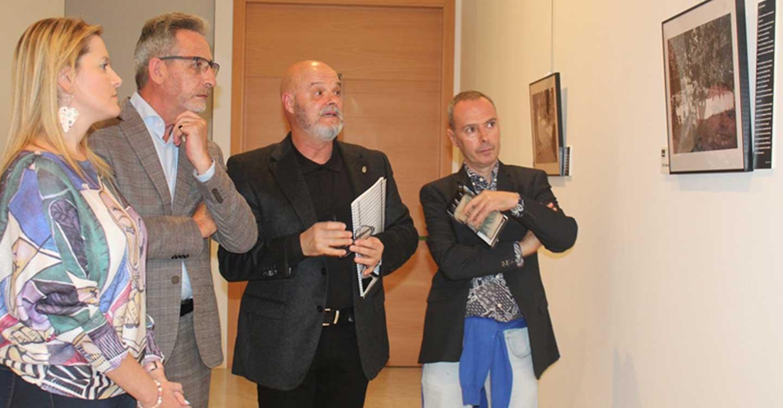 Jesús Martín inauguró la exposición que combina fotografía y poesía 'Cuerpo de mujer'