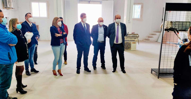 José Manuel Caballero  visita el taller de empleo de Corral