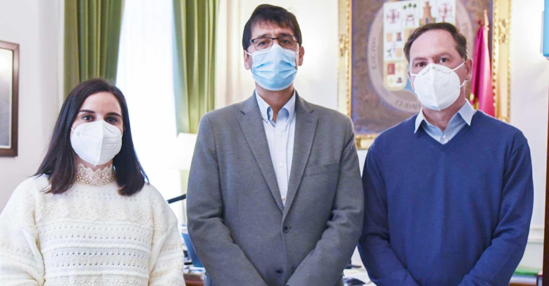 El presidente de la Diputación informa al alcalde de Chillón de la resolución favorable del IDAE al proyecto de fotovoltaica del centro cultural y del recinto ferial