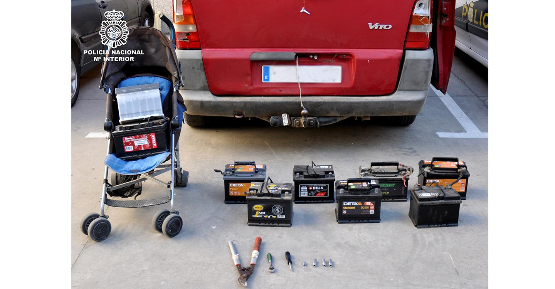 La Policía Nacional detiene a una persona que robó las baterías de trece vehículos en la misma noche