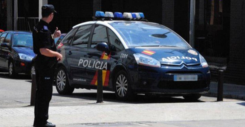 La Policía Nacional detiene al conductor de un vehículo que viajaba con ocho pasajeros a bordo, entre ellos tres niños de corta edad y un bebé