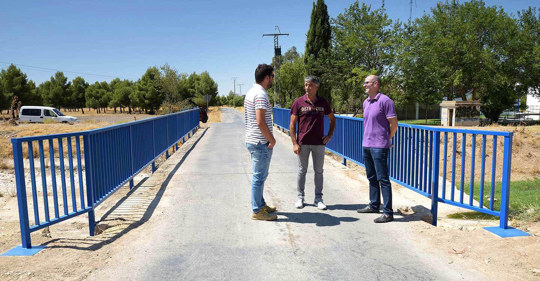 La sustitución de la valla del puente próximo a la depuradora ha permitido ganar cerca de 50 cm. de anchura útil
