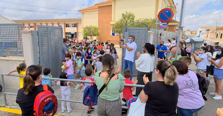 Madres y padres se concentran a las puertas de los CEIP para aplaudir a los 'héroes bajitos' de la pandemia