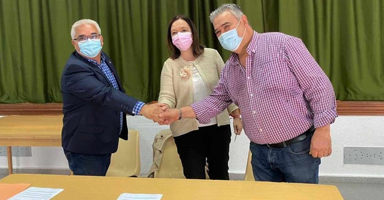 Mancha Norte firma un convenio con la pedanía de Alameda de Cervera para el nuevo vallado de la piscina municipal de la localidad.
