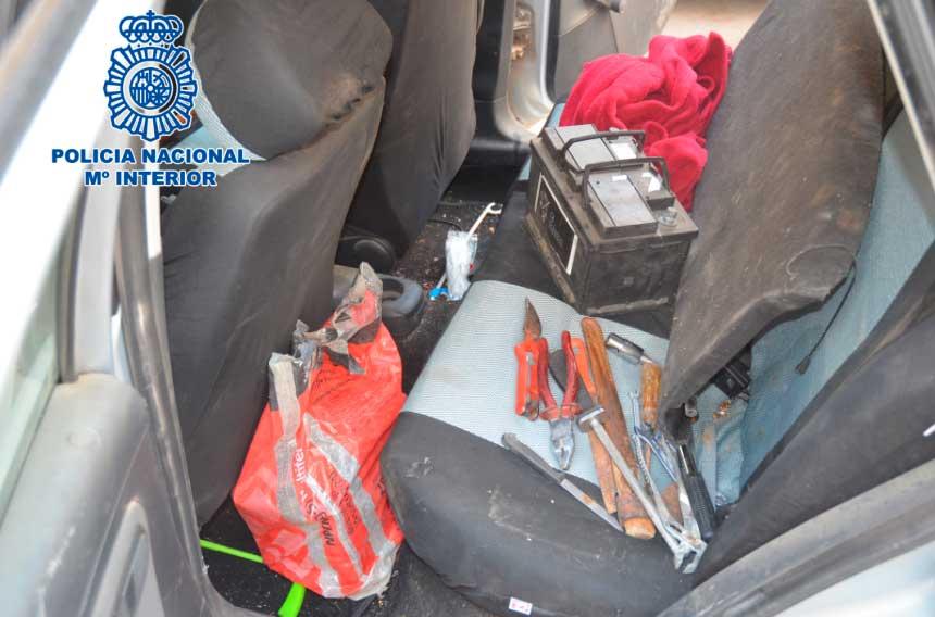 La Policía Nacional detiene infraganti al autor del robo de 16 baterías de vehículos y un robo con fuerza en un establecimiento