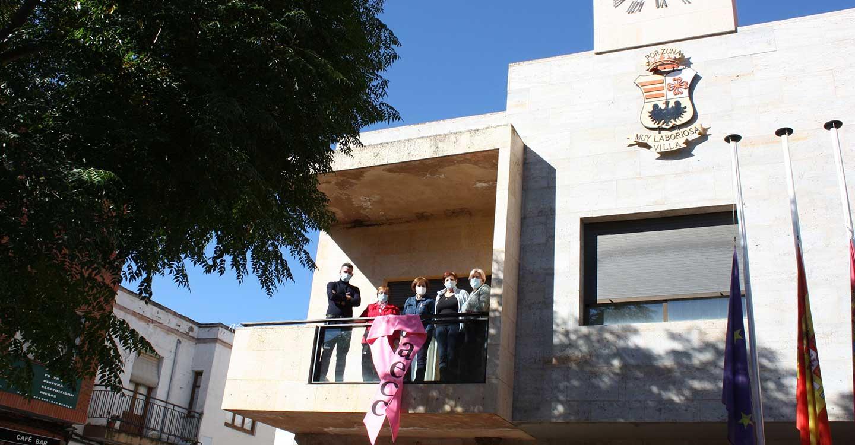 La fachada del Ayuntamiento de Porzuna exhibe un gran lazo rosa para concienciar sobre el cáncer de mama y apoyar a las personas afectadas