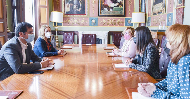 El presidente de la Diputación de Ciudad Real mantiene una reunión de trabajo con la nueva consejera de Bienestar Social