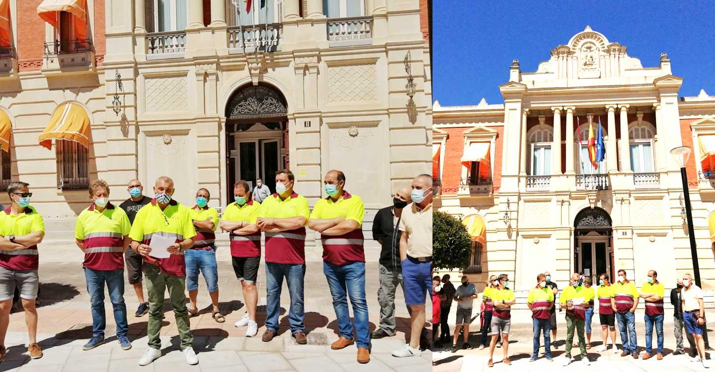 Trabajadores de RSU se concentran ante la externalización de servicios y las salidas en solitario para la recogida domiciliaria