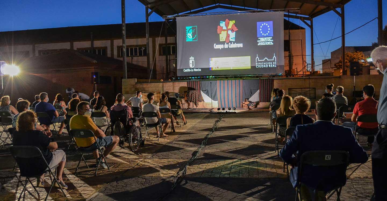 'Vi-viendo Calatrava' emociona y hace reír a los vecinos de Bolaños en una noche mágica de reencuentro con el ocio y la cultura