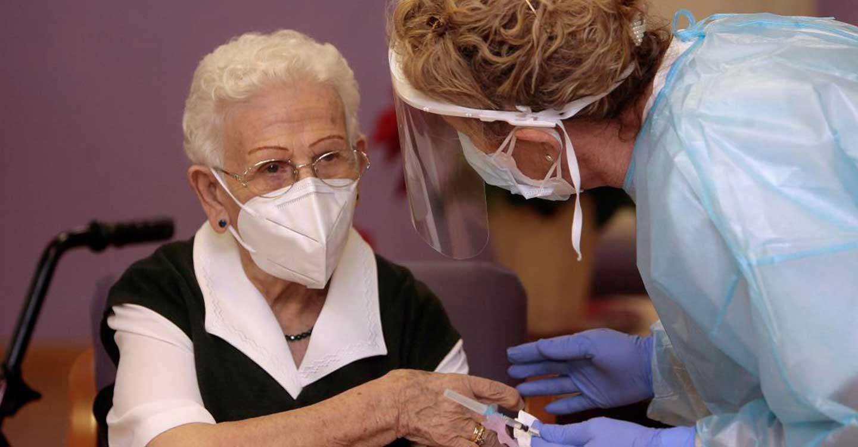 Castilla-La Mancha inicia la segunda fase de vacunación contra la Covid-19 con la administración de la segunda dosis a Araceli Hidalgo
