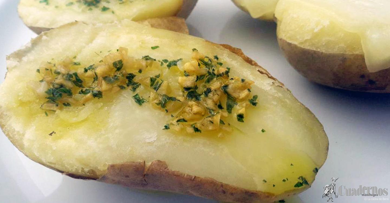 Patatas asadas con queso, ajo y perejil