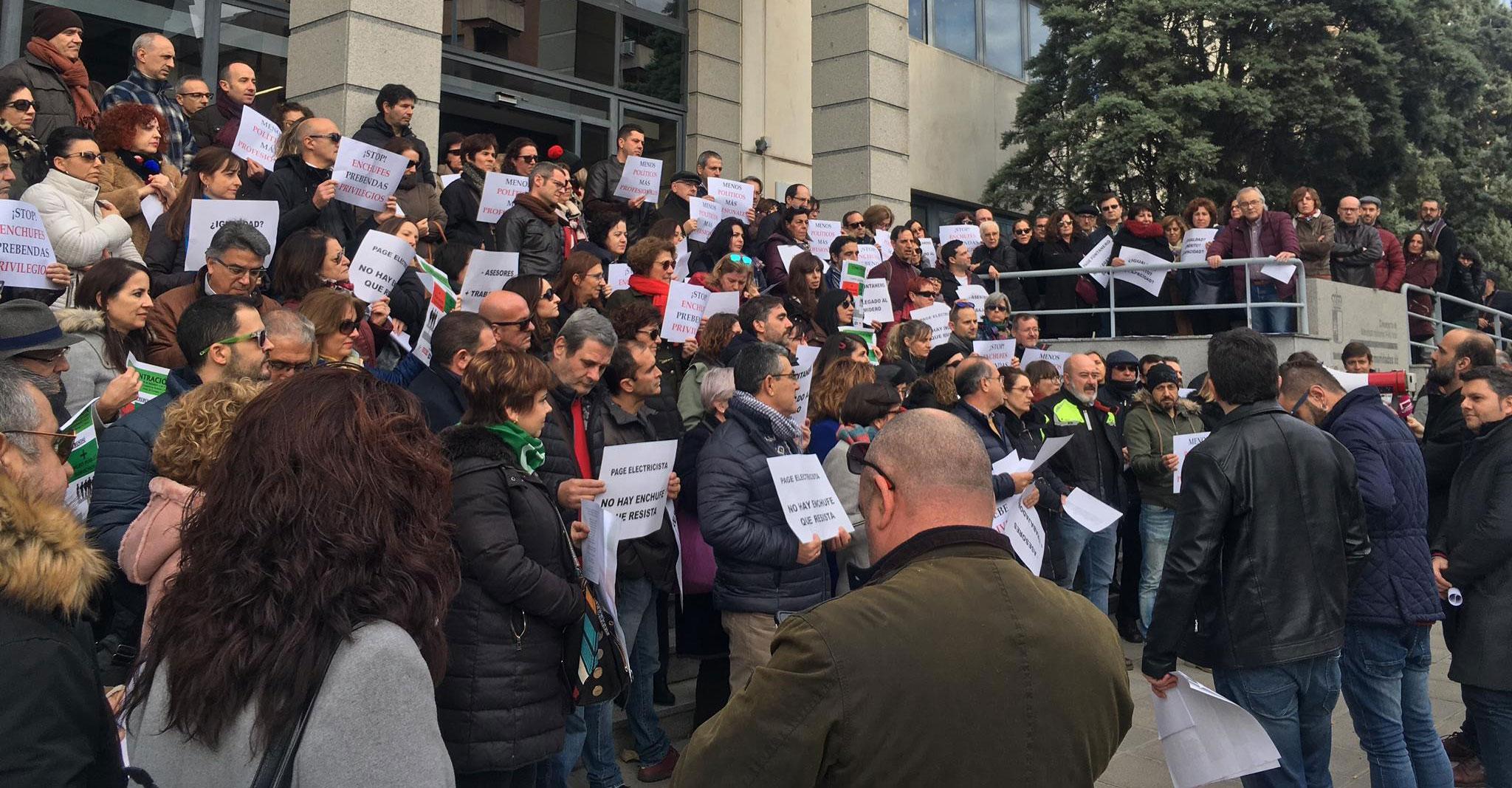 """Cientos de empleadas y empleados de la JCCM salen a la calle en las cinco capitales de la región para expresar su """"absoluto rechazo a las prebendas para altos cargos"""""""
