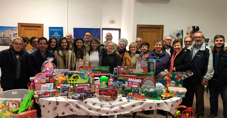La consejera de Fomento y el portavoz del Gobierno regional apoyan la recogida de juguetes para Cáritas en la localidad toledana de Malpica de Tajo