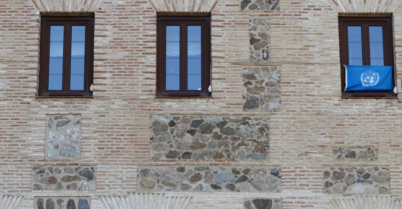 La bandera de la ONU, en la fachada de las Cortes de Castilla-La Mancha