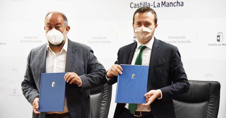 José Luis Escudero, ha firmado el convenio de colaboración con el rector de la Universidad de Castilla-La Mancha, Julián Garde, para la creación de la nueva 'Cátedra de Economía Circular'