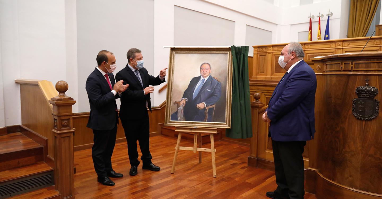 """Las Cortes regionales cuelgan el retrato de su expresidente Tirado en un acto de reconocimiento a """"la cultura del acuerdo y el entendimiento"""""""