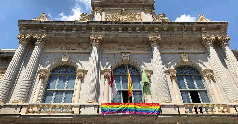 La Diputación de Toledo luce la enseña LGTBI a instancias de Unidas Izquierda Unida Podemos