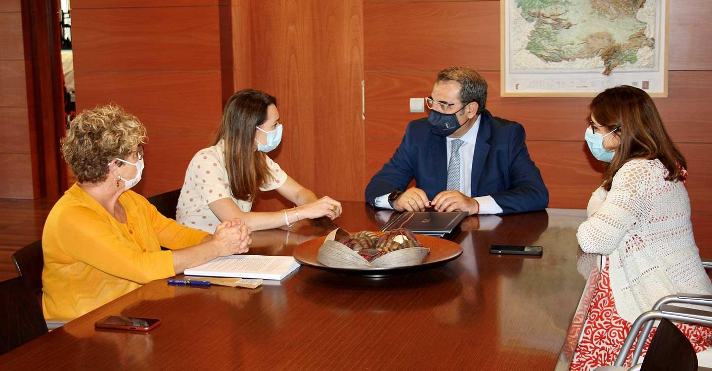 El Gobierno de Castilla-La Mancha y la Fundación Aladina firman un convenio para apoyar la humanización que se presta a los menores diagnosticados de cáncer y a sus familiares