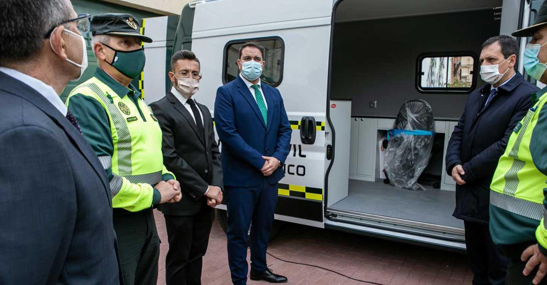 El Gobierno de Castilla-La Mancha entrega dos vehículos a la Jefatura Central de Tráfico para reforzar los servicios de inspección