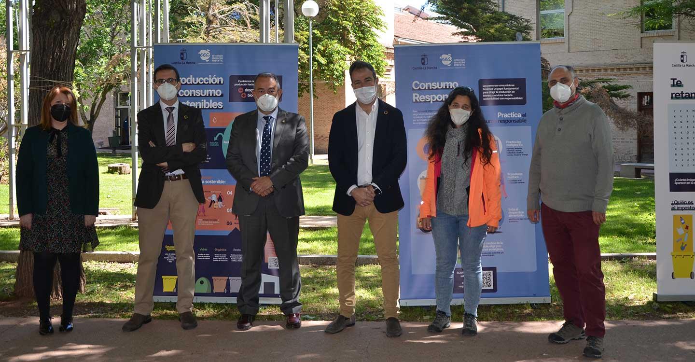 El Gobierno de Castilla-La Mancha presenta la exposición itinerante 'Súmate al reto de la Estrategia de Educación Ambiental' en el campus de la Fábrica de Armas
