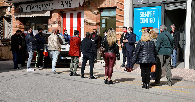 Paco Núñez, ha trasladado, durante un encuentro con una veintena de hosteleros de Fuensalida, Torrijos y Casarrubios del Monte, la urgente necesidad de que estos tres municipios toledanos igualen sus medidas con los del resto de Castilla-La Mancha.