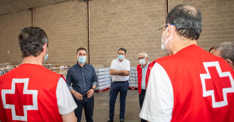 El delegado del Gobierno agradece a los voluntarios de Cruz Roja la labor que desarrollan en el reparto y entrega de alimentos