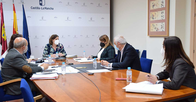 La presidenta de la FEMPCLM se reúne con la consejera de EEE para abordar el desarrollo de futuras ediciones de los planes de empleo en los Ayuntamientos de la región