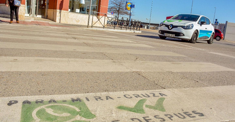 """Por seguridad, el Ayuntamiento recuerda a los peatones """"para, mira, cruza"""""""