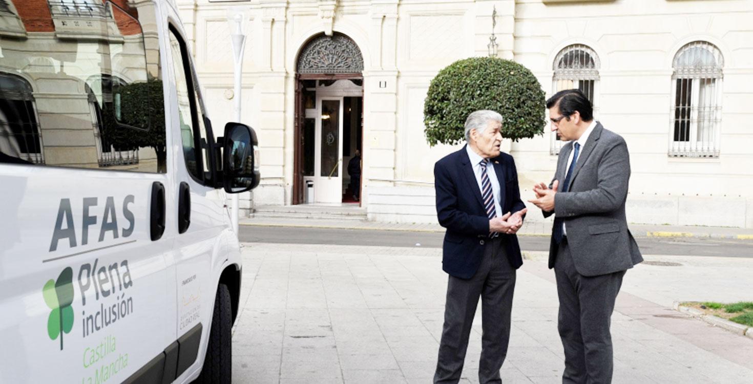 La Diputación hace entrega de un vehículo adaptado a la Asociación de Familiares y Amigos de Personas con Discapacidad