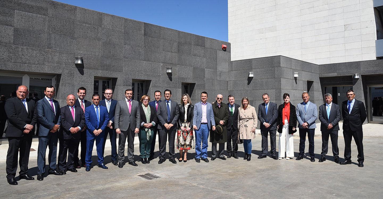 El presidente de Castilla-La Mancha, Emiliano García-Page, se reune con el consejo rector de la cooperativa Virgen de las Viñas.