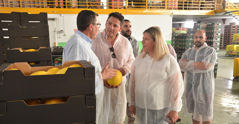 La alcaldesa conoce de primera mano el desarrollo de la campaña de melón y sandía, en la Cooperativa Santiago Apóstol