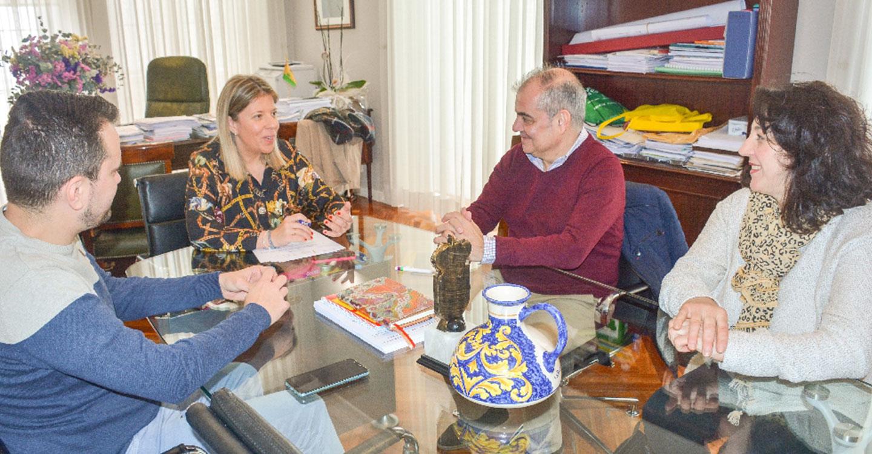 """Ayuntamiento y grupo folklórico """"Manantial del Vino"""" firman un acuerdo de colaboración"""