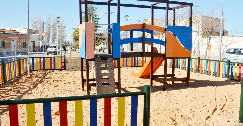 Abierta una nueva zona infantil en los jardines del tramo final de la calle García Pavón