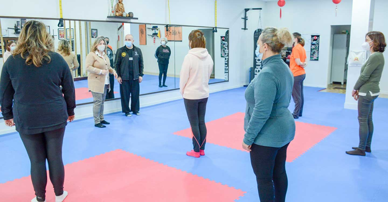 20 mujeres participan en un taller de taichí impartido por Claudio Mihaila