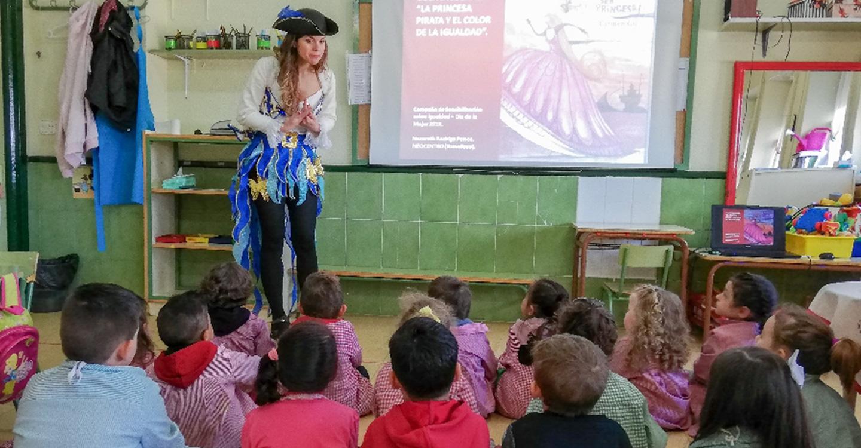"""El Centro de la Mujer finaliza su recorrido por los centros de primaria con el cuentacuentos """"El color de la igualdad"""""""