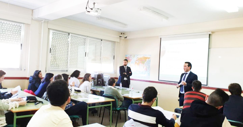 Globalcaja imparte una charla en el I.E.S. Francisco García Pavón sobre los medios de pago y cobro en el comercio internacional.
